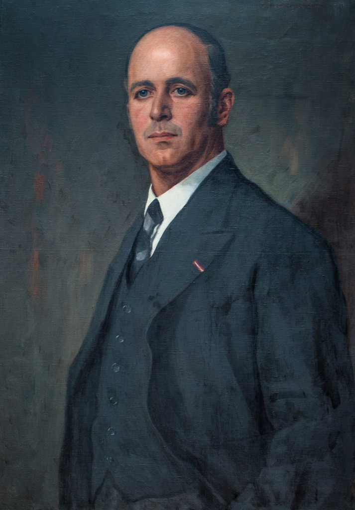 """Dr. Josef Schumacher (*14. November 1894 in Wien, † 11. Juni 1971 in Innsbruck) war Landeshauptmann von Tirol vom 21. März 1935 bis zum 13. März 1938. Er wurde in Wien als Sohn des Juristen (Senatspräsident), Politikers und Schriftstellers Franz Schumacher (* 13. März 1861 in Innsbruck, † 23. Jul 1937 in Kleinvolderberg), geboren, besuchte er das Gymnasium in Wien und Trient. Sein Hochschulstudium in Innsbruck musste er kriegsbedingt unterbrechen; aus dem Ersten Weltkrieg kehrte er als hochdekorierter Kaiserjäger-Oberleutnant zurück. Nach seiner Promotion zum Dr. jur. wurde Schumacher 1920 Landesbeamter in Tirol, ab November 1921 wurde ihm die Leitung der Bezirkshauptmannschaft Landeck übertragen. Am 21. März 1935 wurde Dr. Josef Schumacher zum Landeshauptmann von Tirol ernannt. Schumacher hat sich in dieser Funktion, die er bis zum deutschen Einmarsch innehatte, durch sein fachliches Wissen, sein objektives Urteilsvermögen und auch durch sein gewinnendes Wesen das Vertrauen und die Zuneigung breiter Bevölkerungskreise erworben. Die Nationalsozialisten setzten Schumacher als Landeshauptmann ab und schickten ihn ab 2. März 1939 als Beamter in Pension. Drei Mal wurde er wegen seiner Gesinnung im Dritten Reich in """"Schutzhaft"""" genommen. Knapp vor Kriegsende musste Schumacher zum Volkssturm einrücken, wobei er von italienischen Partisanen gefangen genommen wurde. 1947 trat er wieder in den Landesdienst; mit 1. Jänner 1948 zum Hofrat ernannt, avancierte er mit 1. Jänner 1958 zum Landesamtsdirektor. Dr. Josef Schumacher trat im März 1959 in den Ruhestand und starb am 11. Juni 1971. Er stellte sich auch in den Dienst der Tiroler Schützen, deren langjähriger Landeskommandant er nach dem Zweiten Weltkrieg gewesen ist. Er war mit Josefine Gostner (1900–1996) verheiratet, mit der er sieben Kinder hatte. (aus: Richard Schober, Geschichte des Tiroler Landtages im 19. und 20. Jahrhundert) Während der Amtszeit Josef Schumachers als Landeshauptmann, im Sommer 1935 wurde auf der Grun"""